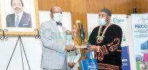 Le maire de Bamenda Ier en compagnie du Dg du Feicom laisse luire sa joie.