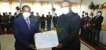 Andres Micha Ndong Silva a reçu son exequatur jeudi des mains du gouverneur de la région du Littoral, Samuel Dieudonné Ivaha Diboua.