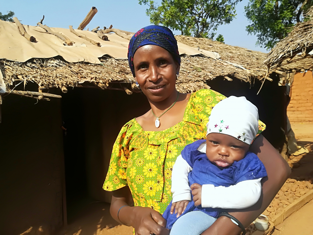 Though a single mother, Habiba Ousmane alone takes care of Djenabou Haamadou, using the KMC method.