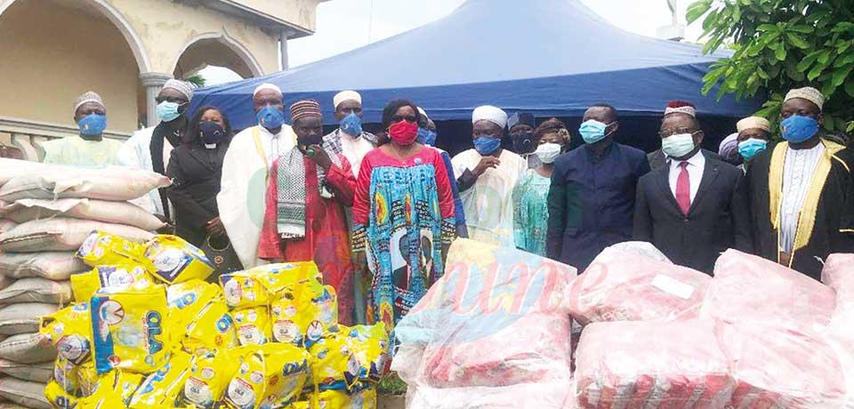 Le ministre du Commerce, Luc Magloire Mbarga Atangana a une fois de plus offert un important don de produits de première nécessité mercredi à la communauté qui observe le mois du Ramadam.