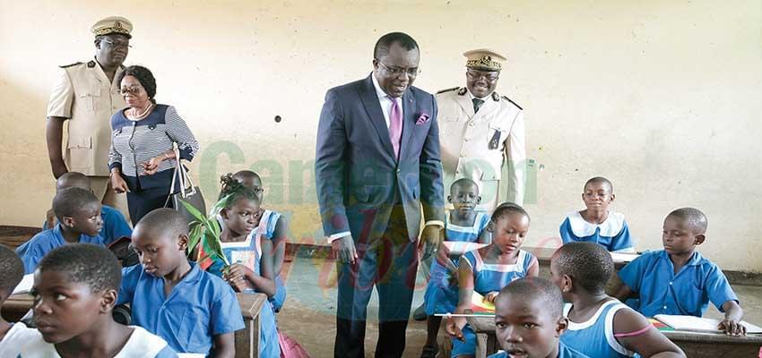 Moment d'attention du ministre avec des écoliers.