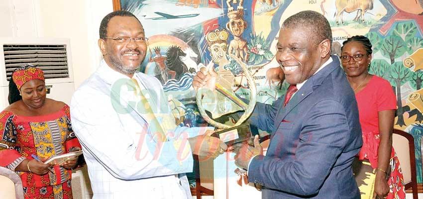 Des cadeaux offerts en guise de remerciements à Bernard Mwinyel Hien.