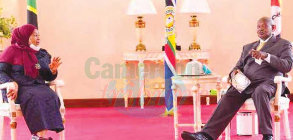 Presidents Sululu and Museveni discussing the terms.