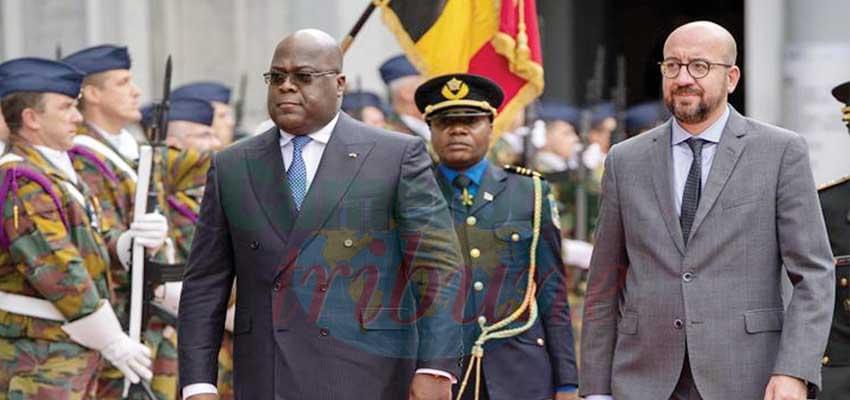 Félix Tshisekedi et Charles Michel passant les troupes en revue.