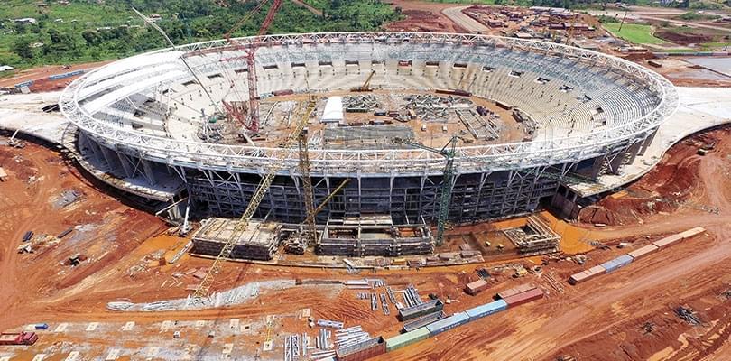 Stade d'olembe: on pose le toit et les sièges