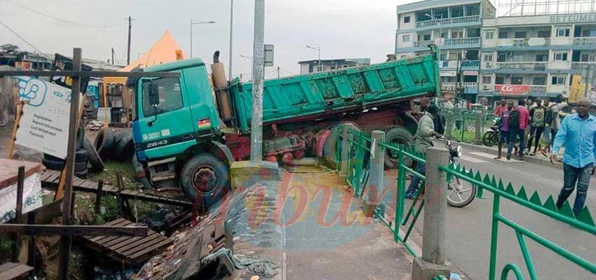 Un de ces camions qui créent l'insécurité dans les rues de Douala.