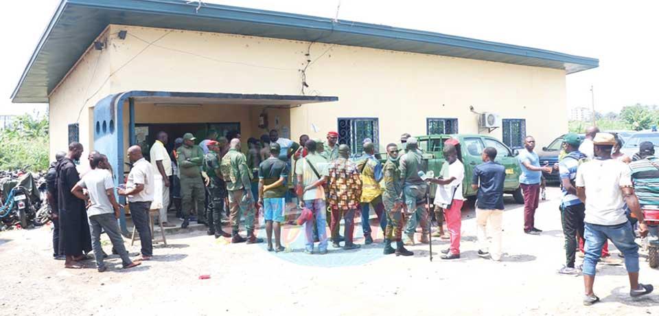 Devant la brigade de gendarmerie de Mboppi où les 5 présumés « microbes » ont été conduits.