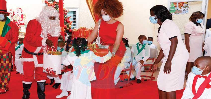 Arbre de Noël 2020 : Chantal Biya communie avec « Les coccinelles »