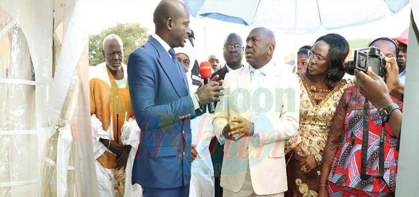 Le gouverneur de la région de l'Adamaoua visitant les stands.
