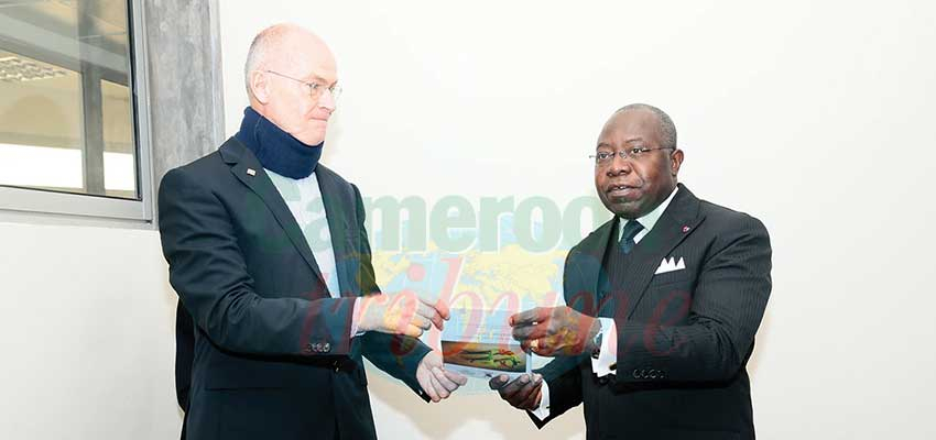 Decentralised Cooperation : Minister Receives Operational Guide