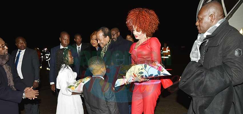 Le couple présidentiel à sa descente d'avion hier à Paris.