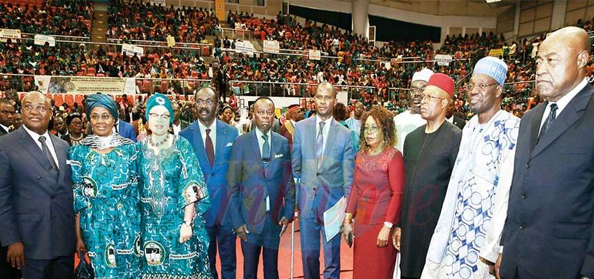 Tambe Agbor Teddy Tabekwere (au centre), un exemple pour le jeune enseignant.