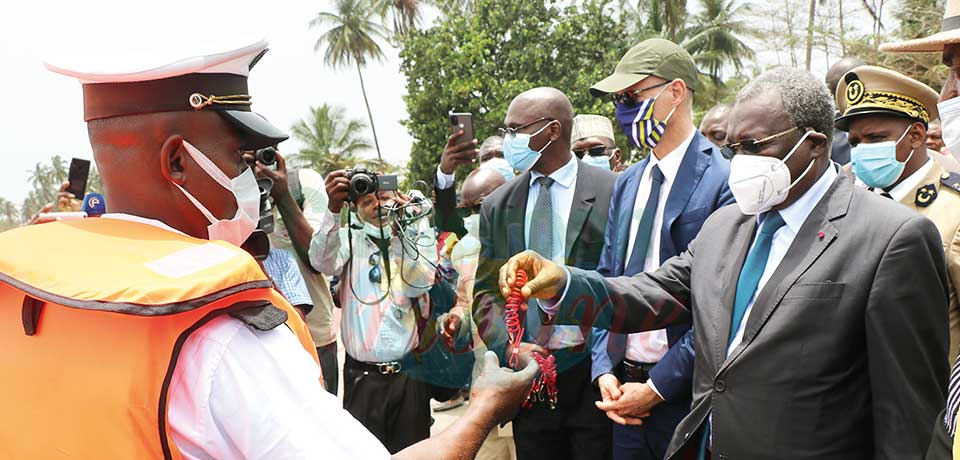 Le Minepia et l'ambassadeur de France remettant le matériel aux jeunes maîtres pêcheurs.