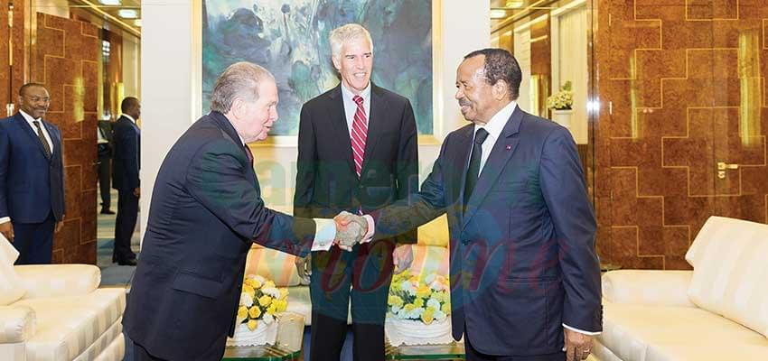 Le président de la République accueille son hôte en présence de l'ambassadeur des Etats-Unis