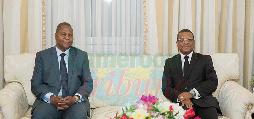 Le président Faustin Touadera et le PM, chef du gouvernement lors du bref échange au salon d'honneur de l'aéroport de Nsimalen.