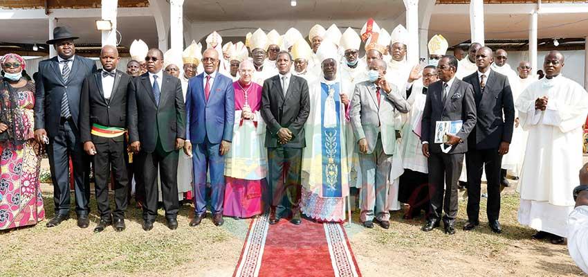 Mgr François Achille Eyabi a reçu ses attributs le 8 janvier dernier au cours d'une cérémonie à laquelle a pris part le ministre Paul Atanga Nji, représentant personnel du chef de l'Etat.