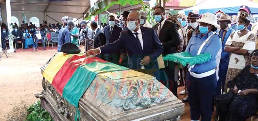 Samedi dernier, dans la Haute-Sanaga, Sa Majesté Soumbou Angoula, a été élevé, à titre posthume, à la dignité de Grand officier de l'Ordre national de la valeur, par le gouverneur du Centre, représentant du président de la République.