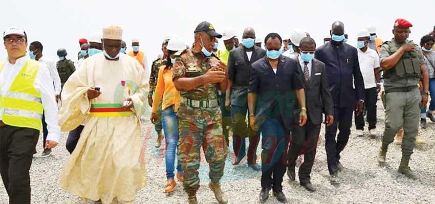 Le ministre Nganou Djoumessi inspectant les travaux sur l'axe routier Mora-Dabanga-Kousseri.