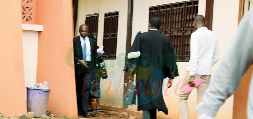 Les avocats ont remis leurs robes et vaquent à leurs activités.