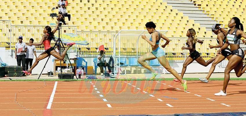 Les sprinteuses franchissant l'arrivée du 200m.