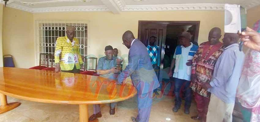 Ni John Fru Ndi (sitting down) explaining to curious sympathisers his ordeal when in custody.