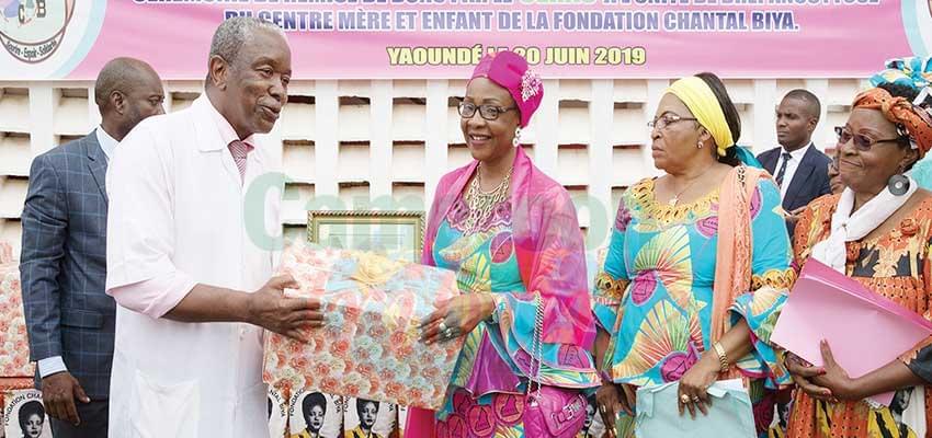 Le chef de délégation du Cerac, Mme Aïssa Motaze, remettant les dons au directeur du Centre mère et enfant