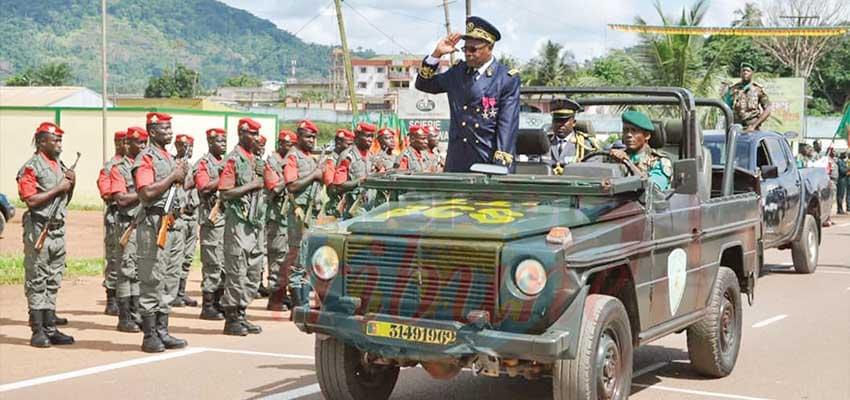 Le gouverneur de la région du Sud passant les troupes en revue.