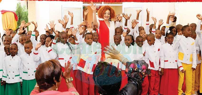 Mme Chantal Biya primant les élèves méritants hier aux « Coccinelles ».