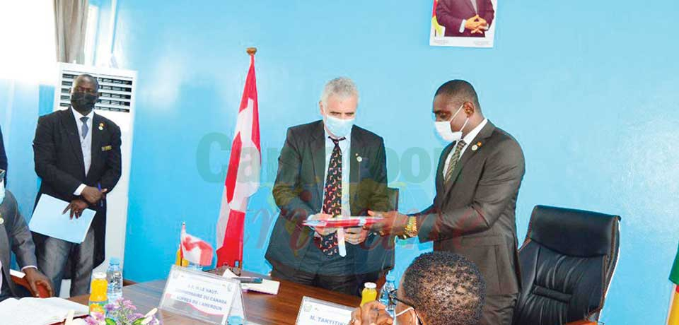 Canadian High Commissioner (left) exchanges with NASLA Director General (host) during the visit.