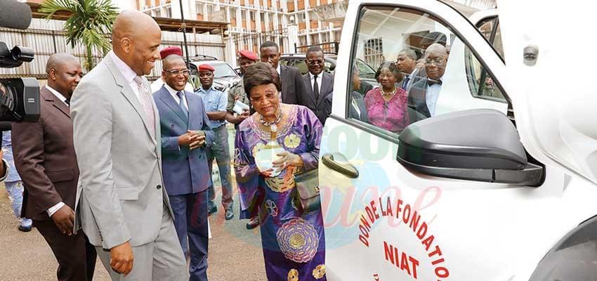 Les officiels après la remise des clés au ministre de la Santé publique.