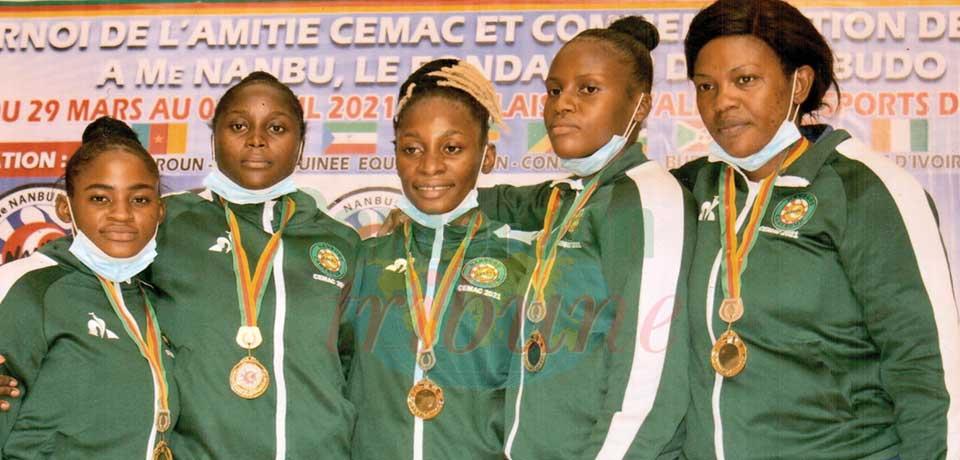 Some Cameroonian nanbudokas brandishing medals.