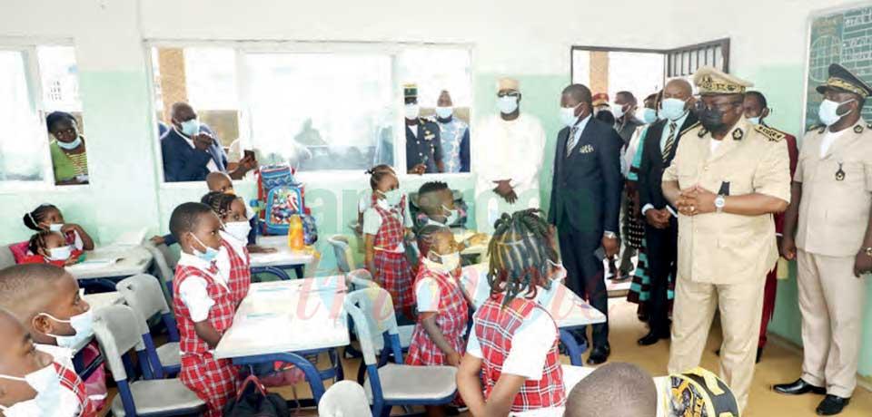 Douala : le gouverneur dans les écoles