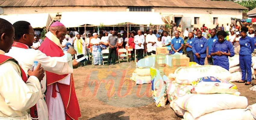 Buea Central Prison : Bishop Offers Gifts To Inmates