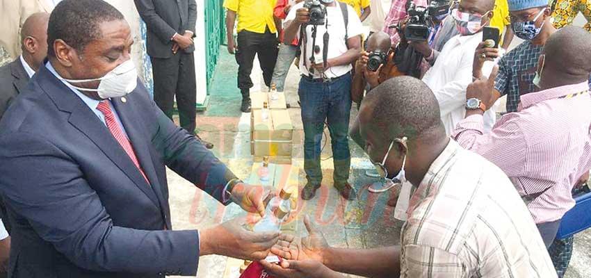Douala : du gel hydro-alcoolique pour les transporteurs
