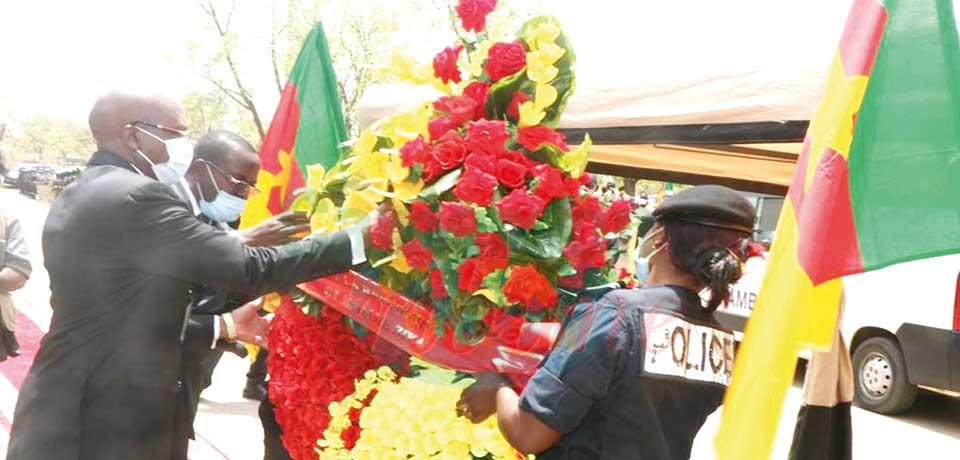 Le représentant du chef de l'Etat déposant une gerbe de fleurs.