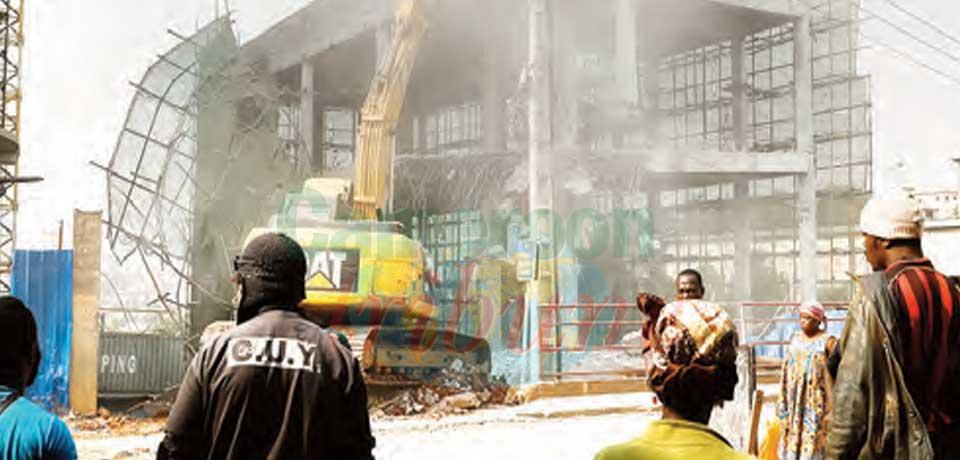 Construction anarchique : la mairie de Yaoundé démolit un immeuble