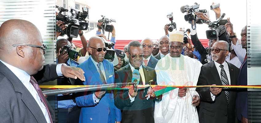 La coupure du ruban symbolique par le PM, chef du gouvernement, représentant du chef de l'Etat.