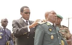 Un colonel recevant ses novelles épaulettes des mains du Mindef.
