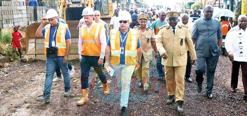Le gouverneur s'assurant de l'effectivité du lancement des travaux.