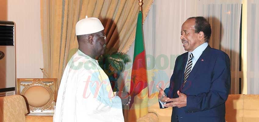 Le président de la République échangeant avec le président de l'Assemblée nationale.