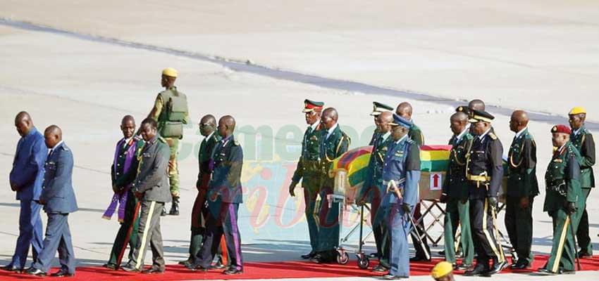 L'arrivée à l'aéroport de Harare : l'ex-chef d'Etat sera inhumé dimanche prochain