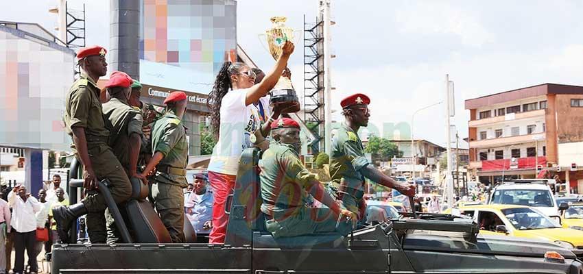 Les Lionnes heureuses de présenter leur trophée aux populations de la capitale.