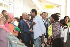 Accueil par les personnalités présentes à l'aéroport.