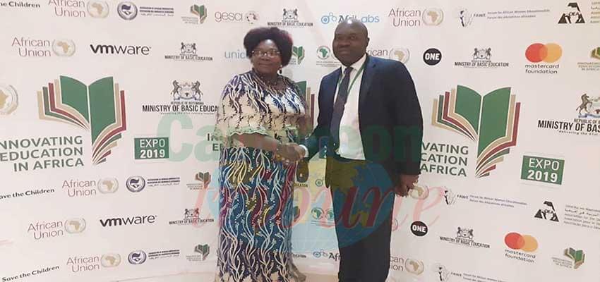 Armand Claude Abanda félicité pour son exposé par le Pr. Sarah Ayang Agbor.