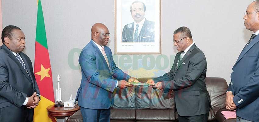 Le pli fermé destiné au président de la République remis au PM, chef du gouvernement par le ministre équato-guinéen des Affaires étrangères et de la Coopération.