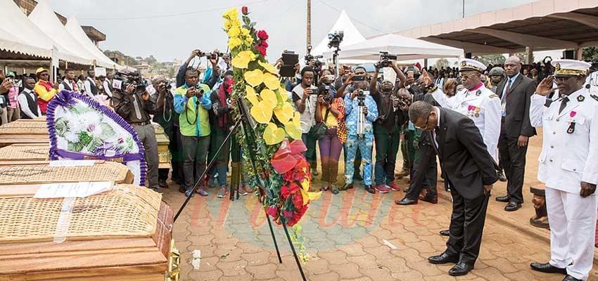 -Le PM s'inclinant devant la couronne funéraire offerte  par le couple présidentiel.