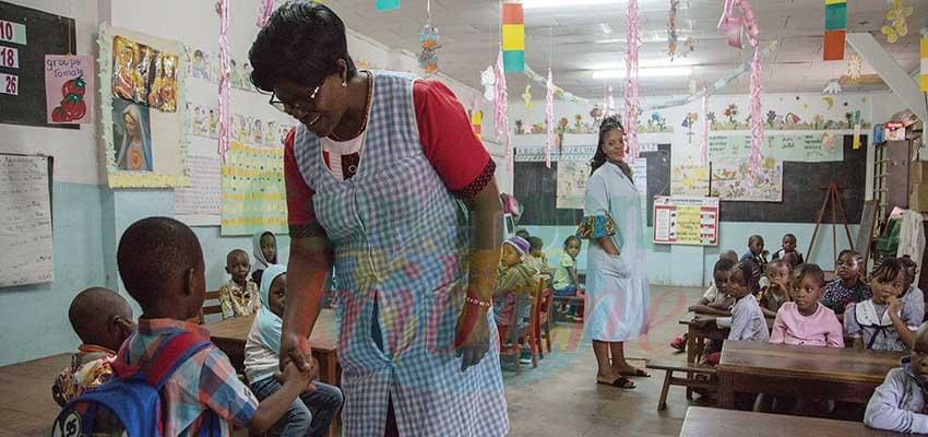 Les tout-petits sont accueillis par leurs institutrices.