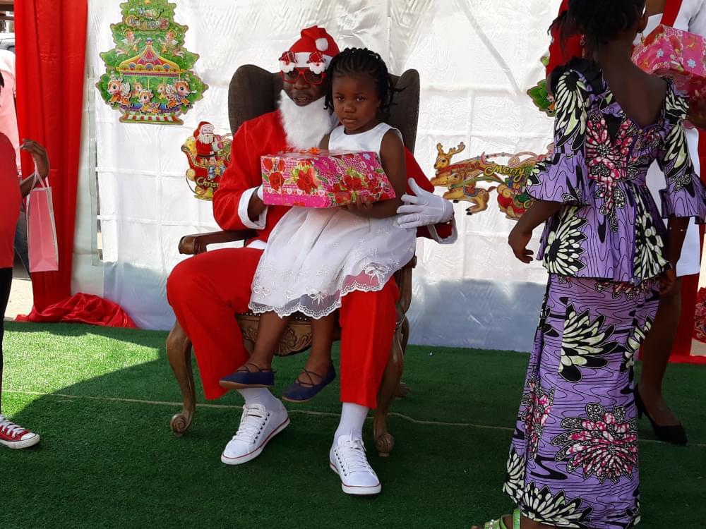 Fêtes de fin d'année : le père Noël était à Yaoundé 2