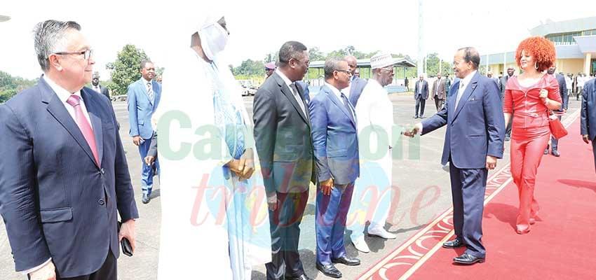 Le président de la République prend congé du président de l'Assemblée nationale.