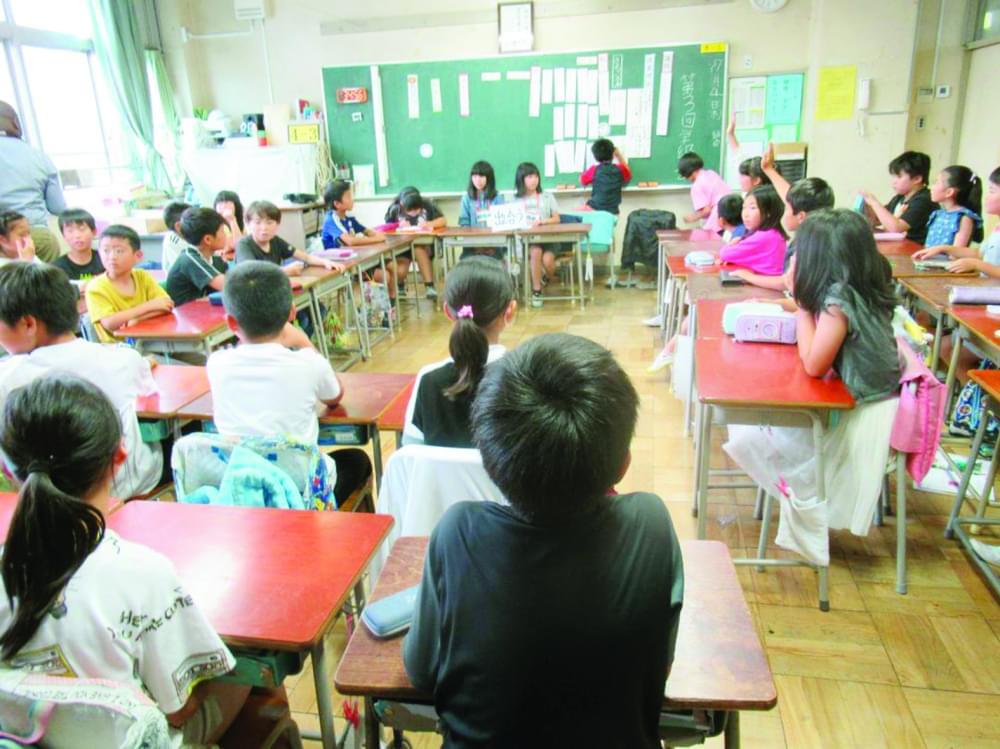 Dans une salle de classe, les écoliers apprennent à prendre en compte les idées des uns et des autres dans un processus constructif.